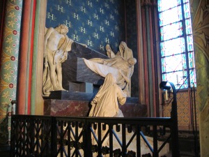 One of the chapels along the perimeter--marble statues.